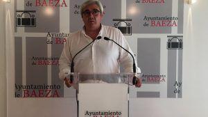 Bartolomé Cruz hablando de trabajos hechos