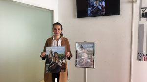 Concejala presentando cartel de Semana Machadiana