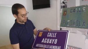 Jorge López cambiando placas de los nombres de las calles